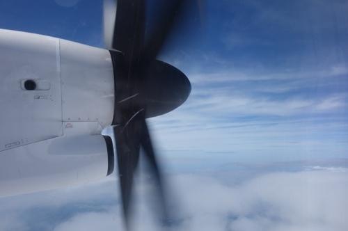 プロペラ機小刻みに裂く夏の空