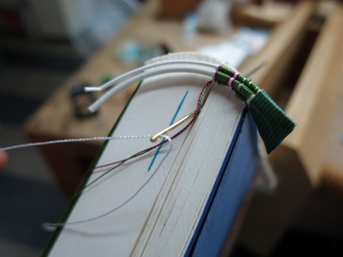 入梅や編み込む糸の絡まれり