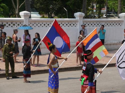 後ろから民族の旗。