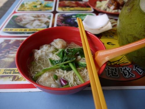 お昼ごはんはワンタン麺♪