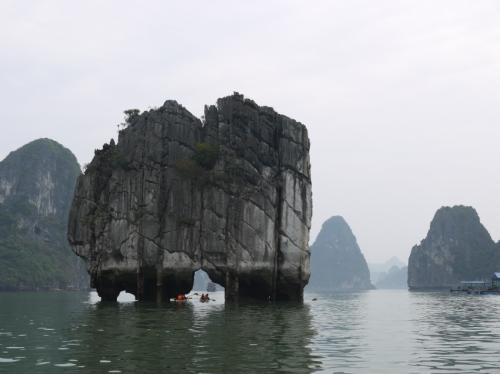 ハロン湾変わった岩