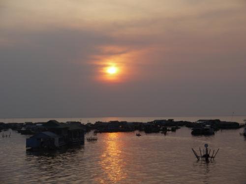 トレンサップ湖に落ちていく夕日。