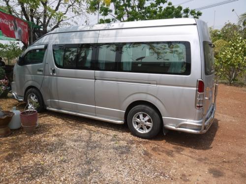 カンボジアへの移動手段はバンでした。