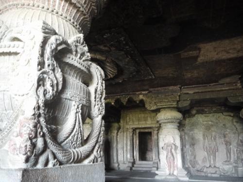 柱の彫刻がマタすごい。