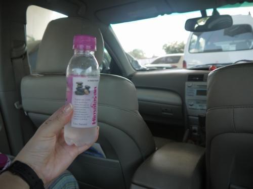 ホテルの車で貰った水。