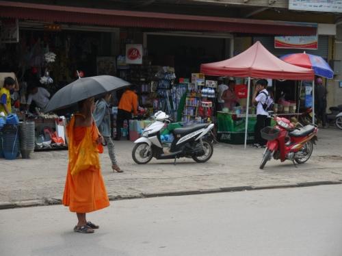 僧侶も日傘
