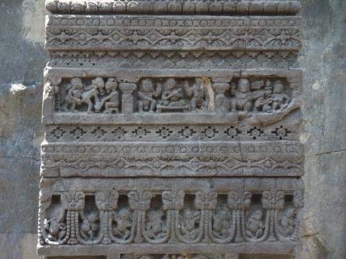 16窟の柱のレリーフ