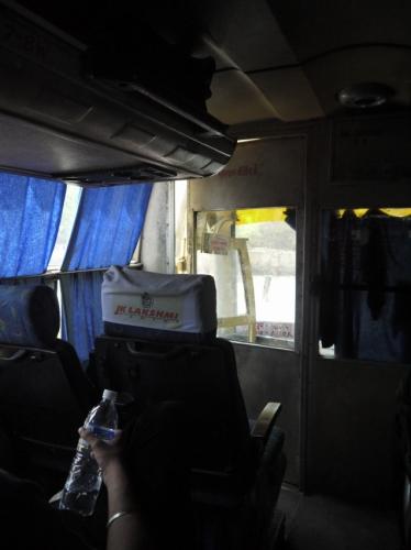 バス車内。二重扉
